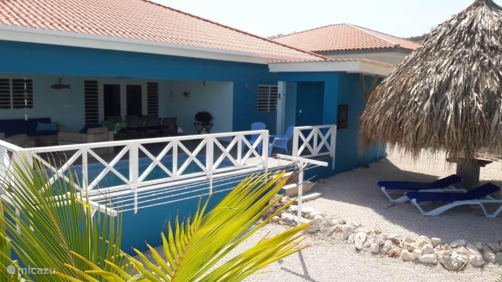 Achterkant met zwembad, overdekte porch en palapa