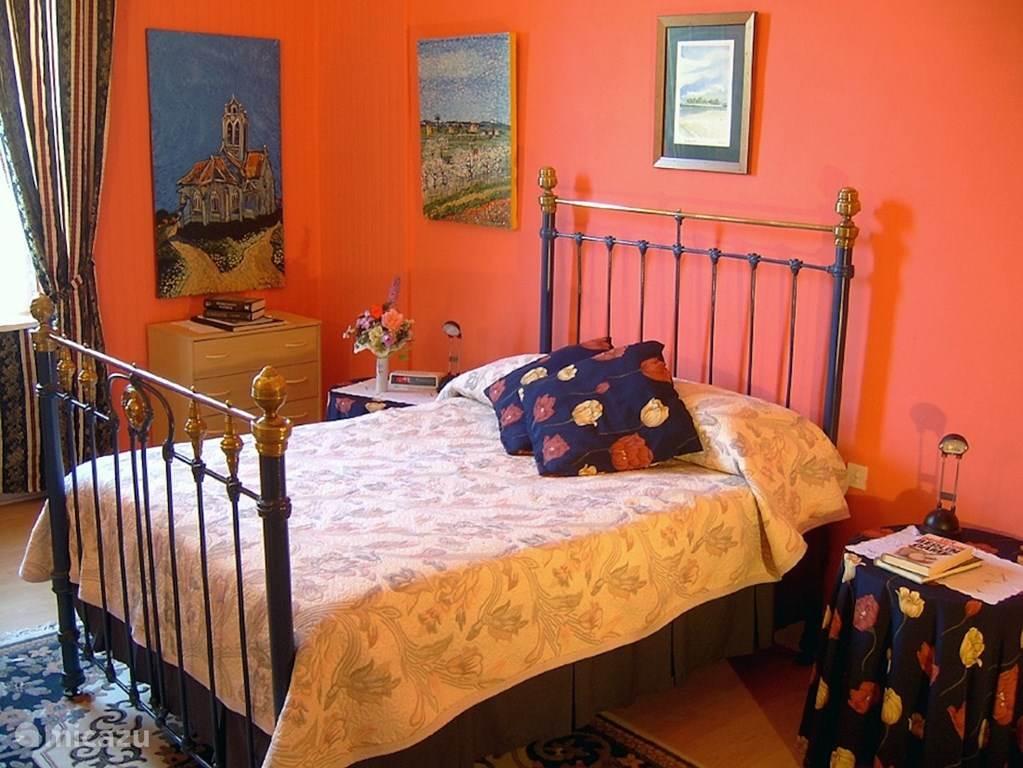 Slaapkamer begane grond een 2 persoonsbed en 1 eenpersbed.