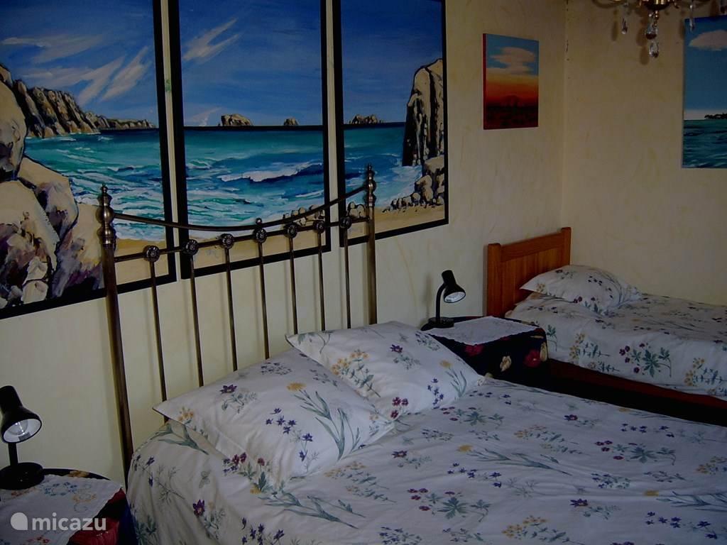 Slaapkamer begane grond met 2 persoonsbed en een 1 persoonsbed.