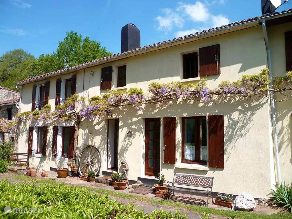 Vacation rental France, Poitou-Charentes, Vernoux-en-Gâtine  gîte / cottage Les Glycines Gites