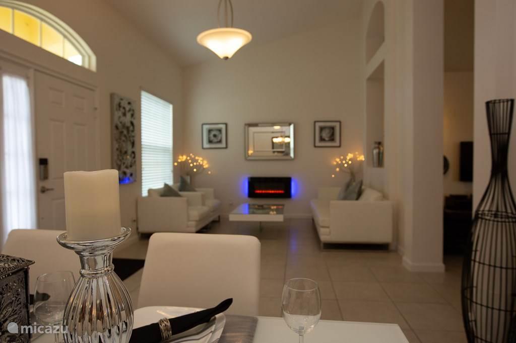 Voorzijde huis met aparte zitruimte inclusief electrische sfeerhaard en eethoek