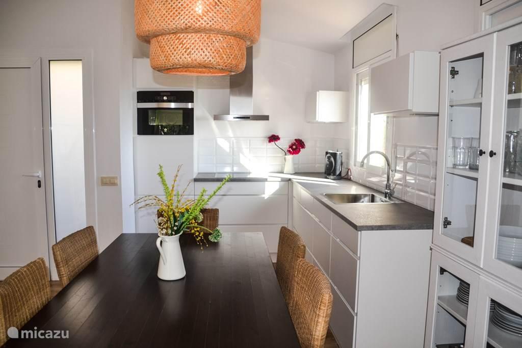 volledig ingerichte keuken voorzien van; 4pits kookplaat, afwasmachine, wasmachine, koel/vrieslast, oven/magnetron etc.