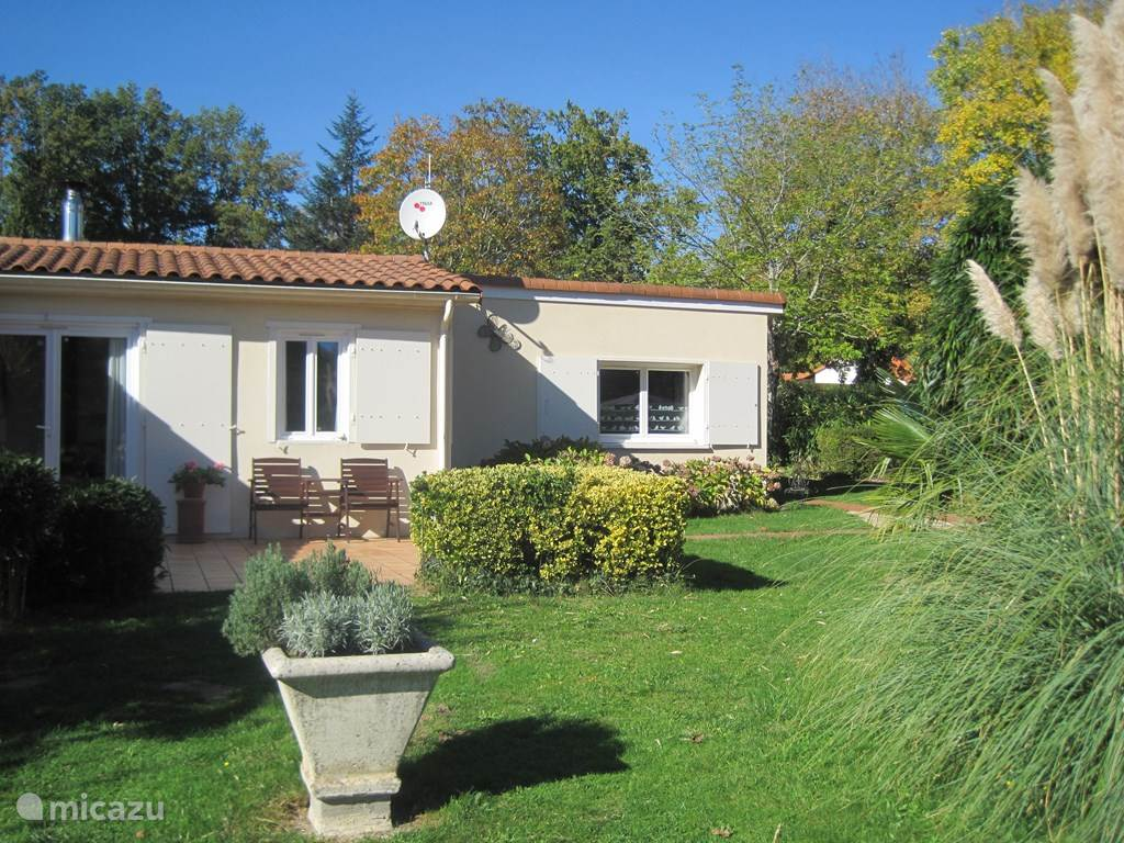 Vacation rental France, Charente, Écuras bungalow House Shot in the Rose 5 on Le Chat