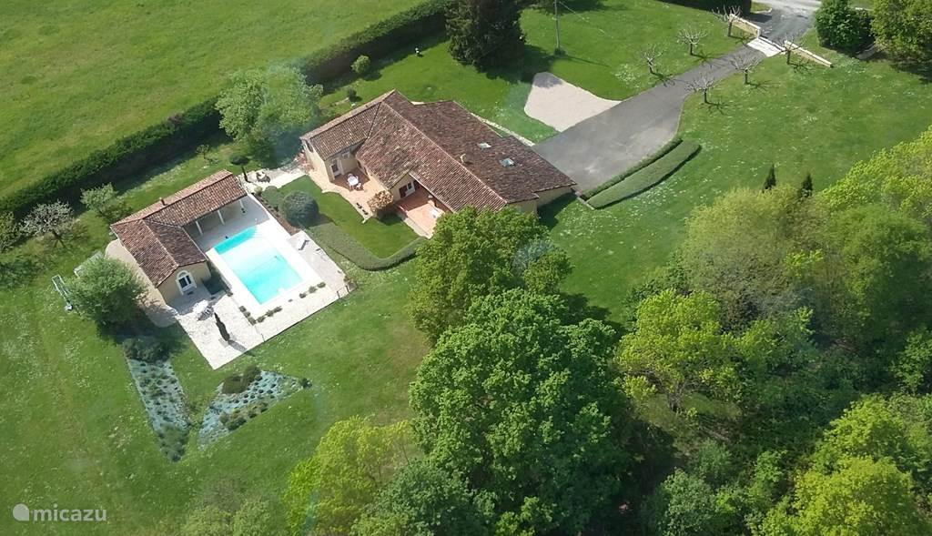 Het landgoed van 1 ha ligt landelijk buiten Villeneuve sur Lot