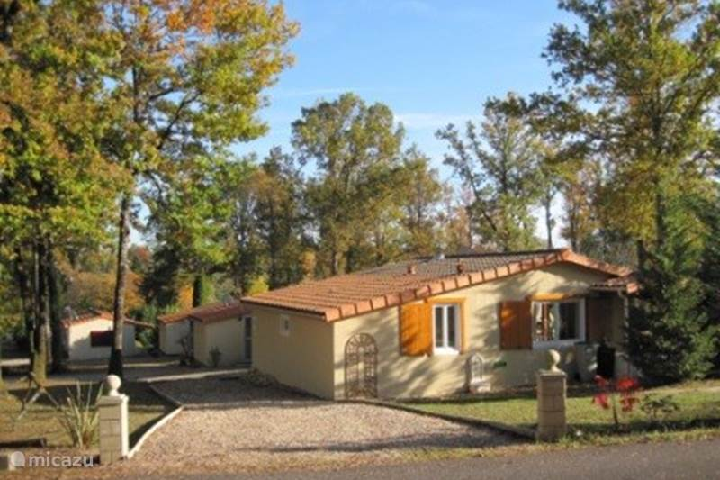 Vacation rental France, Charente, Écuras Bungalow House Shot in the Rose 43 on Le Chat