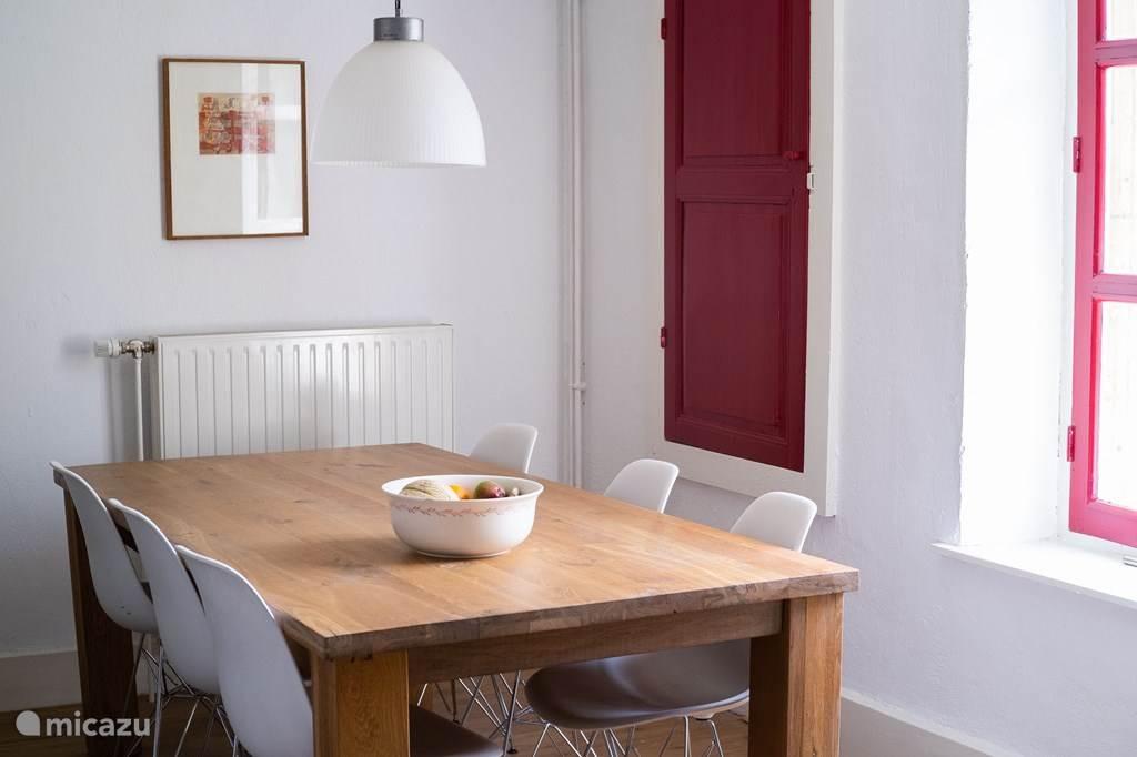 De sfeervolle keuken met een grote tafel is een perfecte plek om uw maaltijden klaar te maken. Voorzien van gasfornuis, elektrische oven, magnetron, koelkast en vaatwasser.