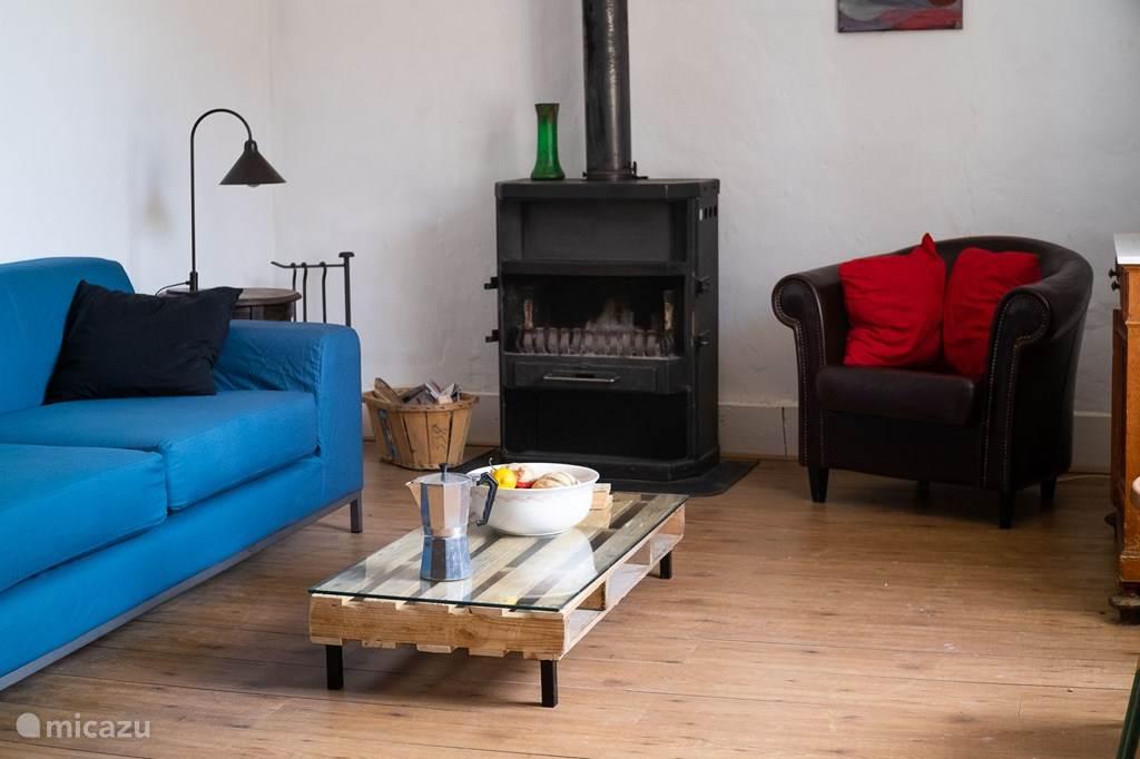 De woonkamer met een houtkachel voor wanneer de avonden koud gaan worden.