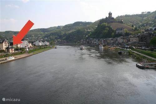 Huisje links in beeld (pijl)
