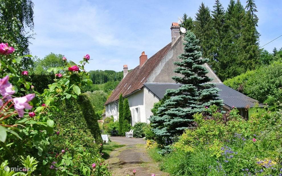 Une Belle Histoire in parkachtige tuin.