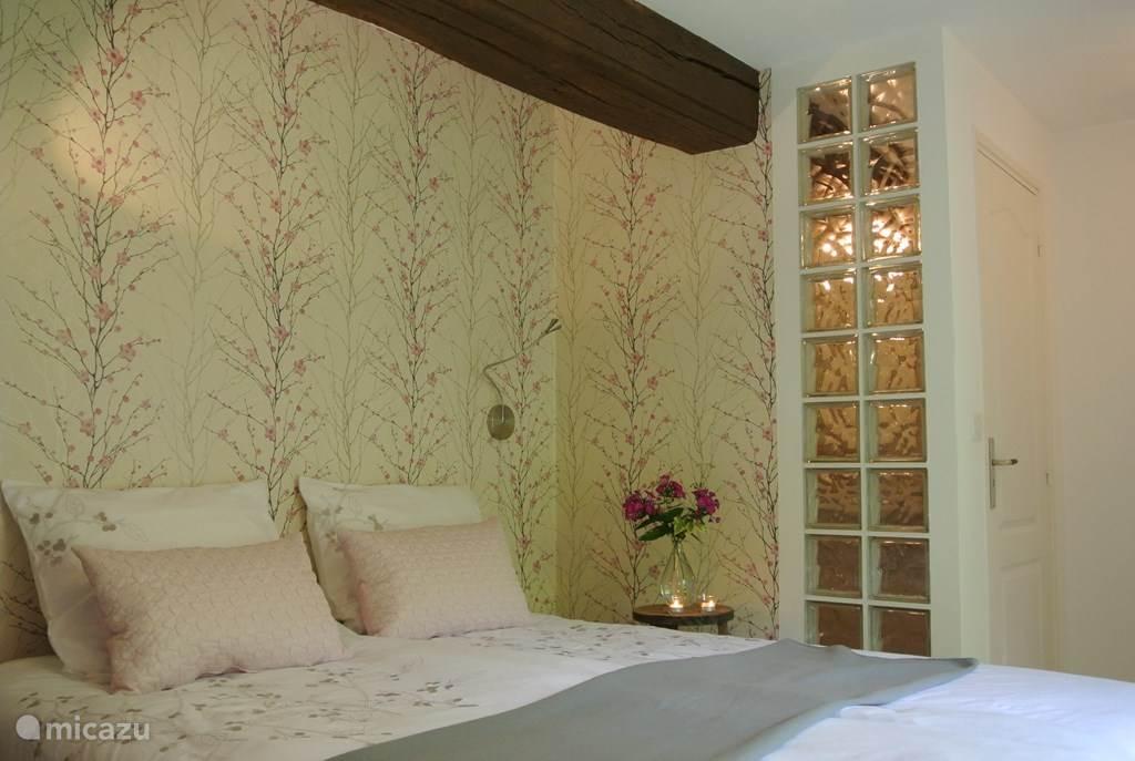 Slaapkamer met comfortabele extra lange box-springbedden.