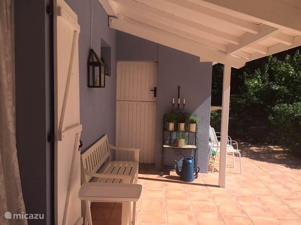Het terras met veranda.