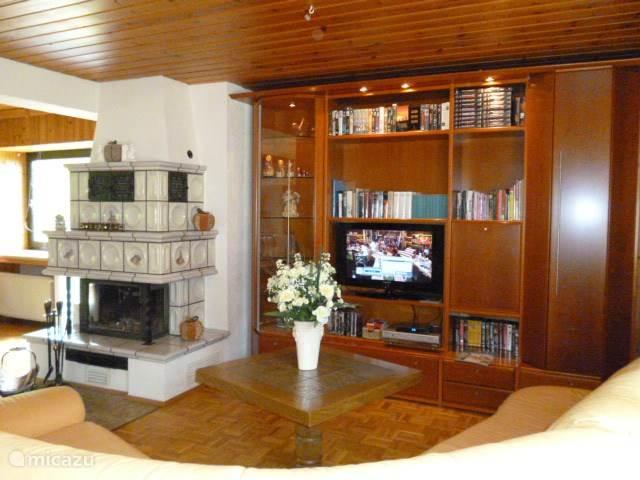 zeer grote woonkamer (65m2) met open haard en televisie met ook nederlandse zenders
