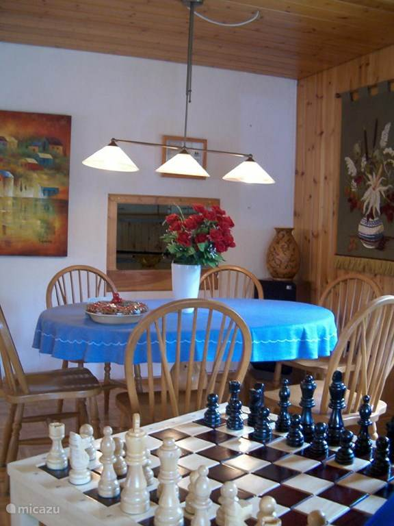 eettafel (1) woonkamer met doorgeefluik naar keuken