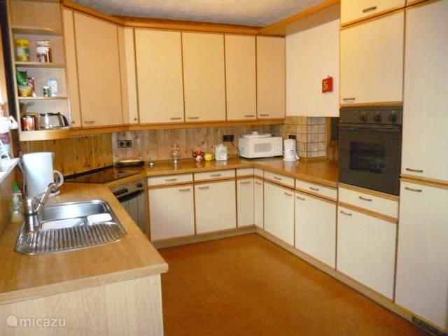 keuken zeer compleet met afwasmachine, wasmachine, 2 ovens, magnetron, koelkast + vrieskast,  met doorgeefluik