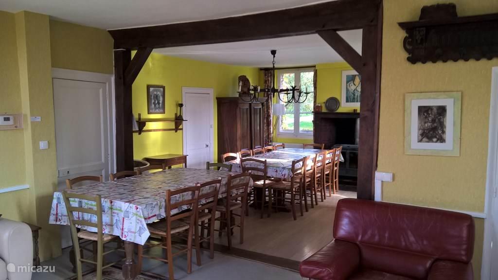 woonkamer huis boer met tafel voor 20 personen