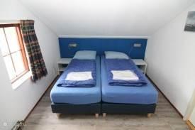 een van de twee slaapkamers boven
