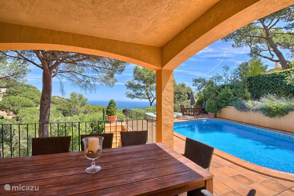 Terras met uitzicht op het zwembad en de Middellandse Zee.