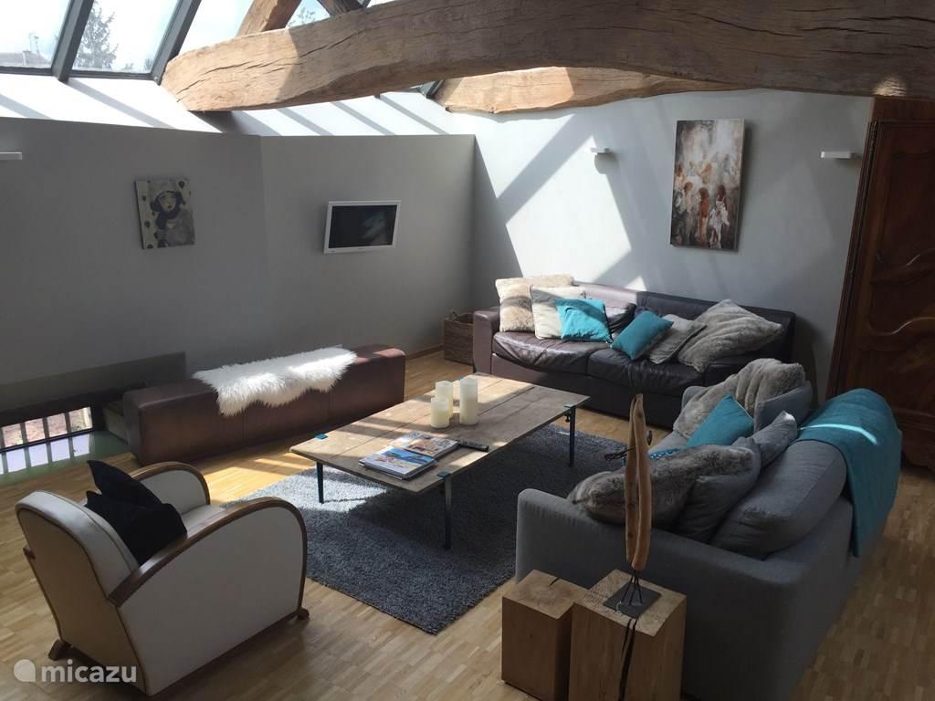 Woonkamer onder glazen dak