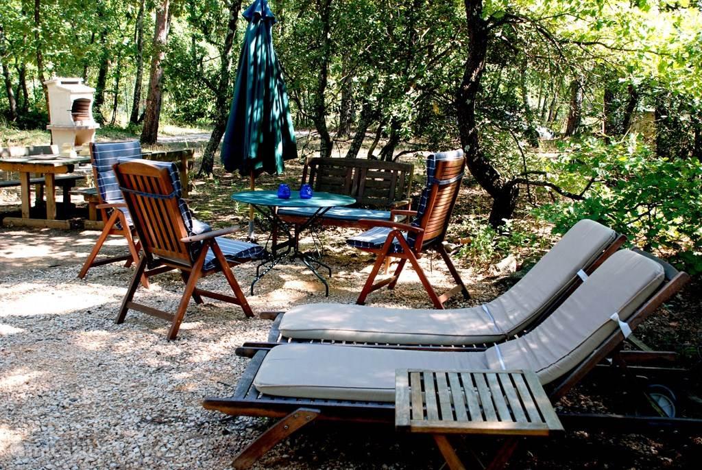 barbeque, picknick tafel en ontspanning.