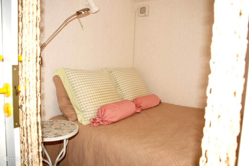 slaapkamer beneden met 2-persoons bed