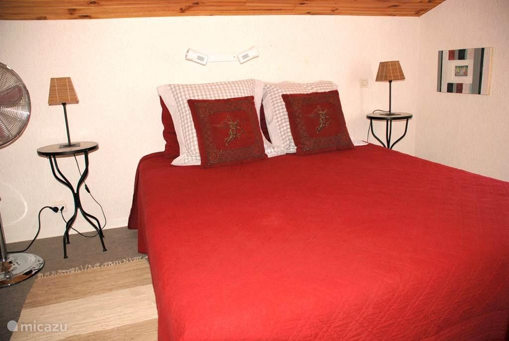 slaapkamer boven met 2-persoons bed