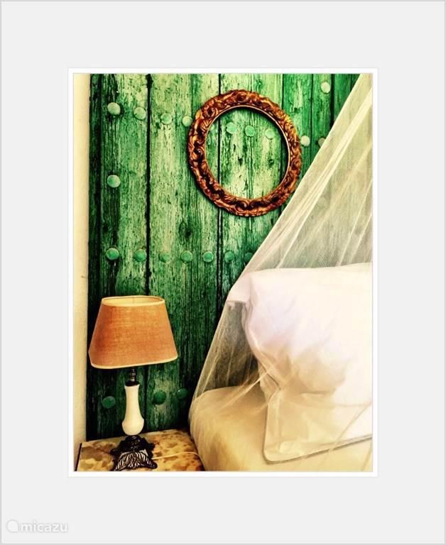 Het beddenhoofd is een oude Moorse deur van een verlaten boederij