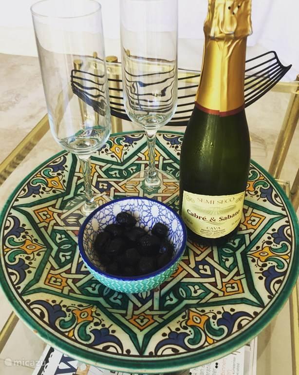 Wij serveren een lekker koud flesje Cava als welkomst drankje wanneer u bij ons arriveert.