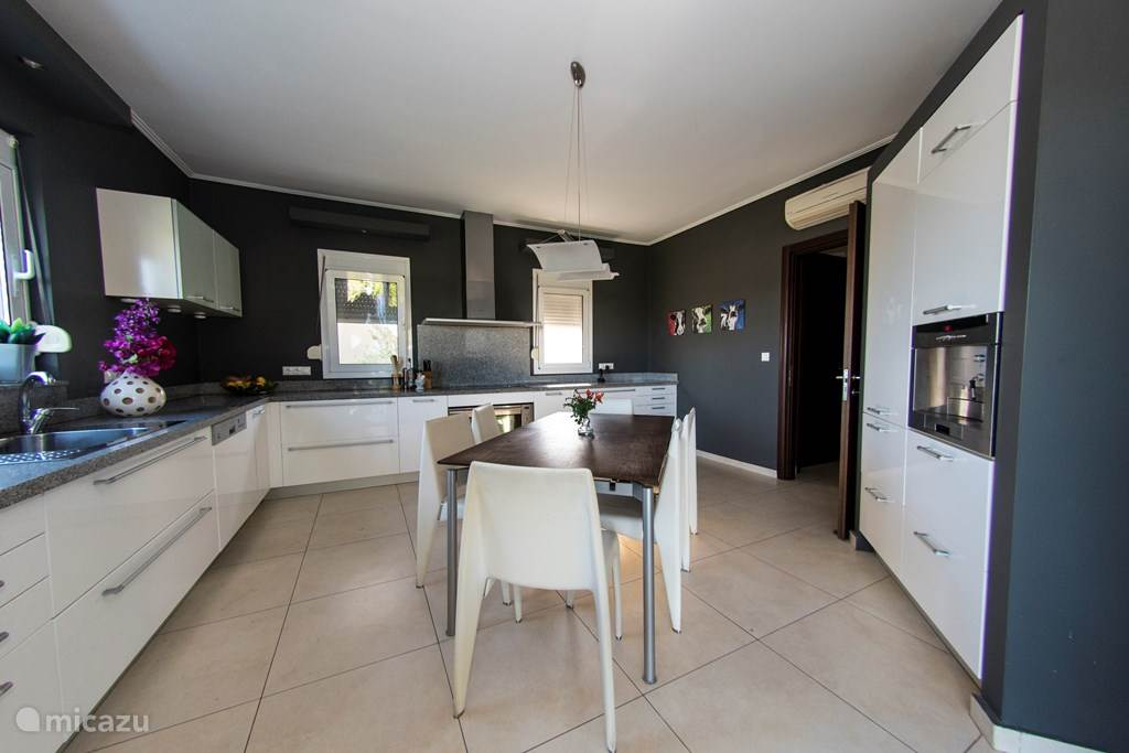 Moderne keuken voorzien van luxe inbouwapparatuur