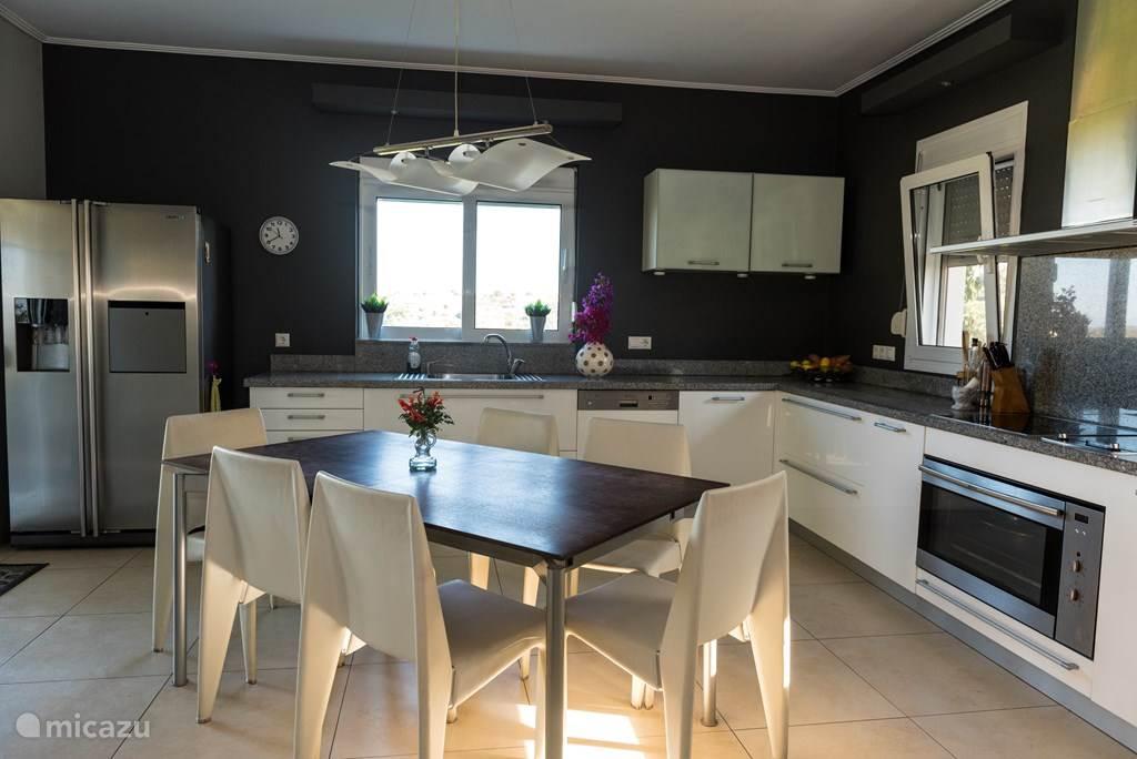 Moderne keuken met luxe inbouwapparatuur.