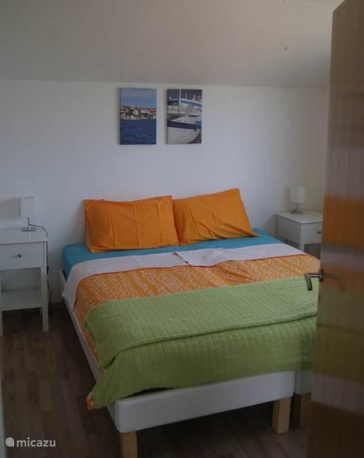 De slaapkamer met fijne bedden.