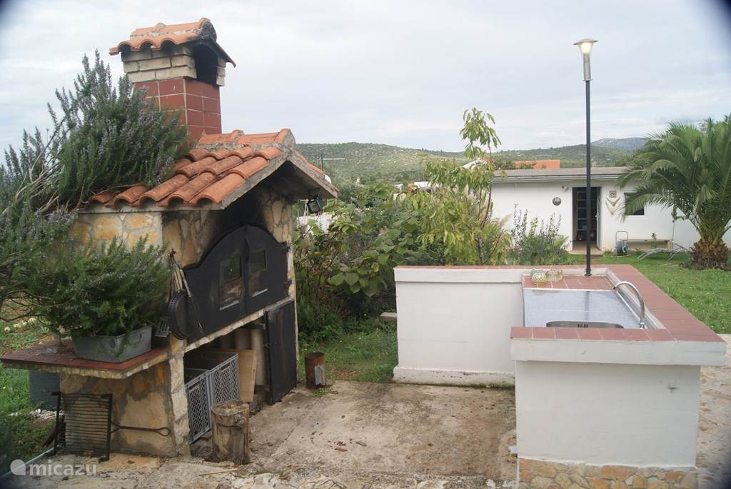 The outdoor kitchen can be used in consultation