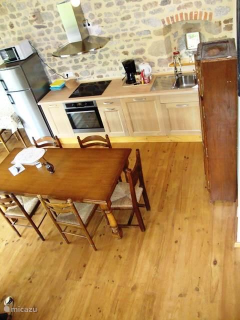 Overzicht eethoek en keuken vanaf vide