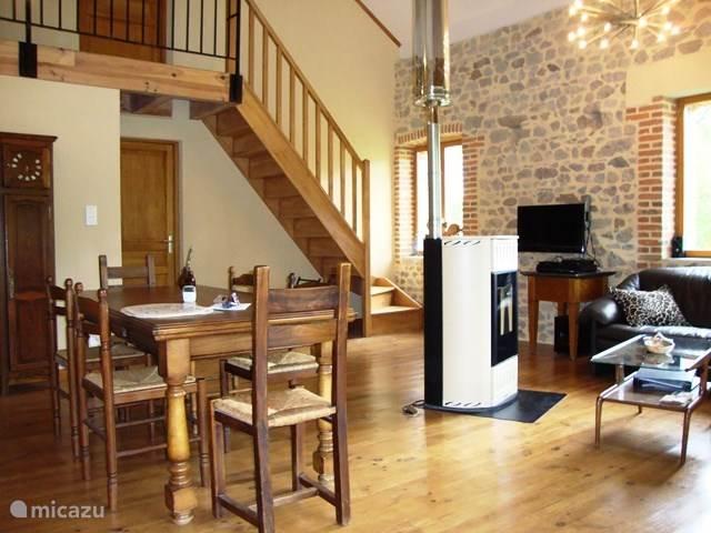Woonkamer zonder etagen met trap naar slaapkamer 2