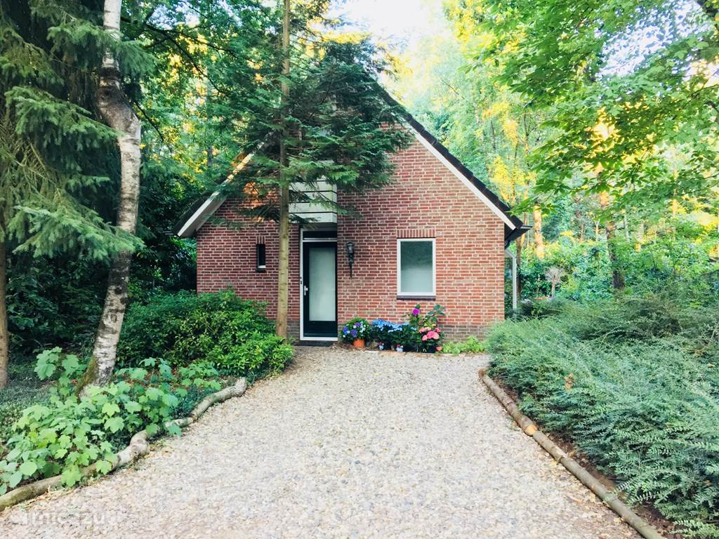 Voorkant vrijstaand huis in de bossen