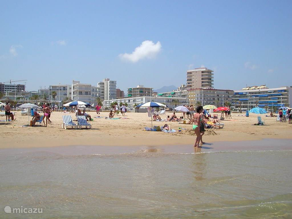 De zee, het strand met in het midden op de achtergrond het appartementen complex, (met de groene luifels). Mocht je aan de boulevard willen lunchen of in het appartement, dan loop je zo even op en neer. Je spullen kun je op het strand laten staan. Het strand wordt elke ochtend schoon geveegd.