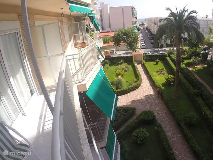 Vanaf het balkon heb je via het straatje naar de boulevard uitzicht op het strand en de zee. Je loopt er zo naar toe!