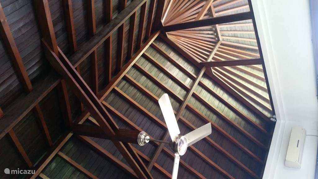 Houten dak structuur , plafond ventilator en AC