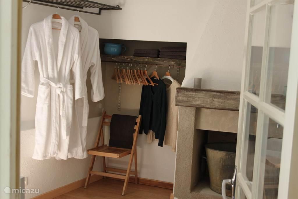 De ruimte waar zich de kleedkamer en badkamer bevinden