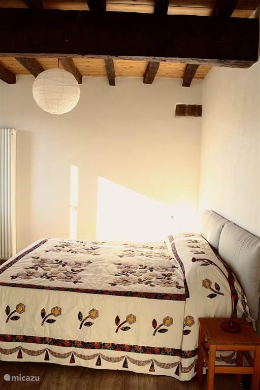 Slaapkamer met twee persoons bed en kastruimte