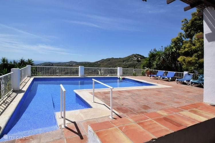 Zwembad met doorkijk over terras en natuur en zeezicht