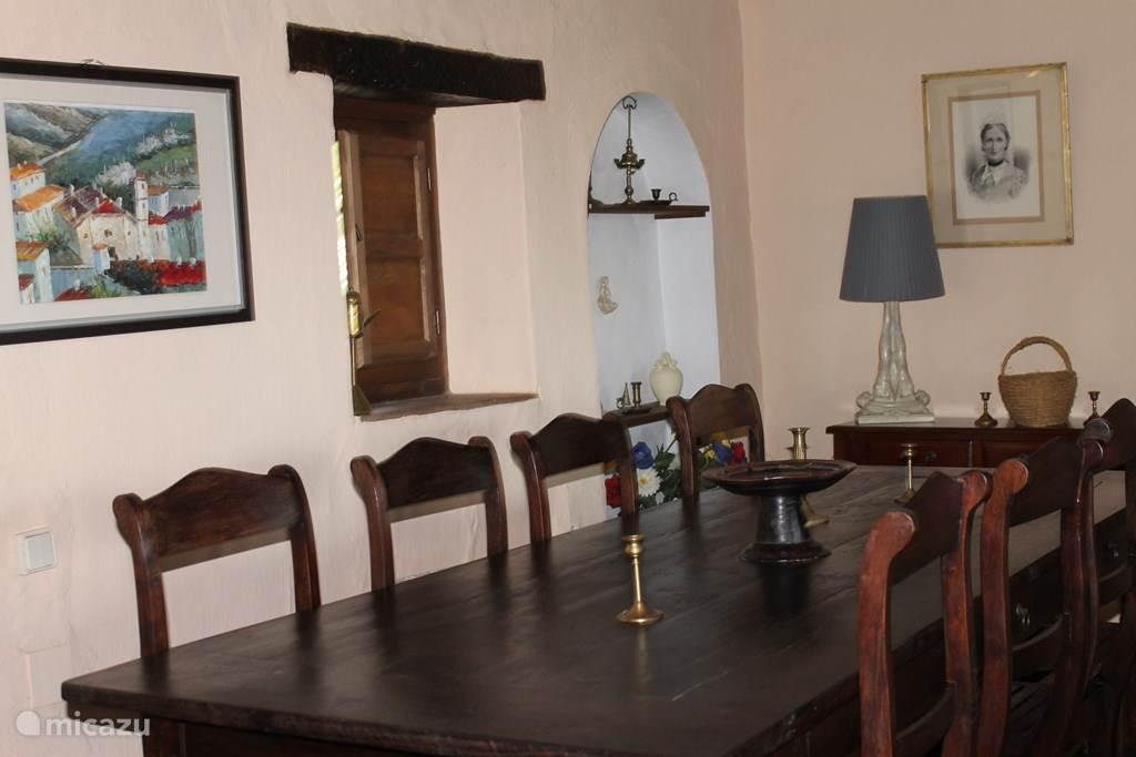 De eettafel in de woonkamer