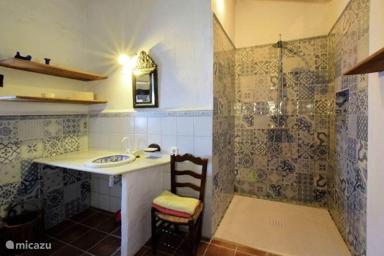 Deze ruime badkamer is rolstoelvriendelijk