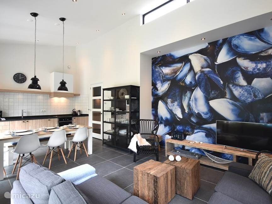 Modern ingerichte woonkamer met Smart TV