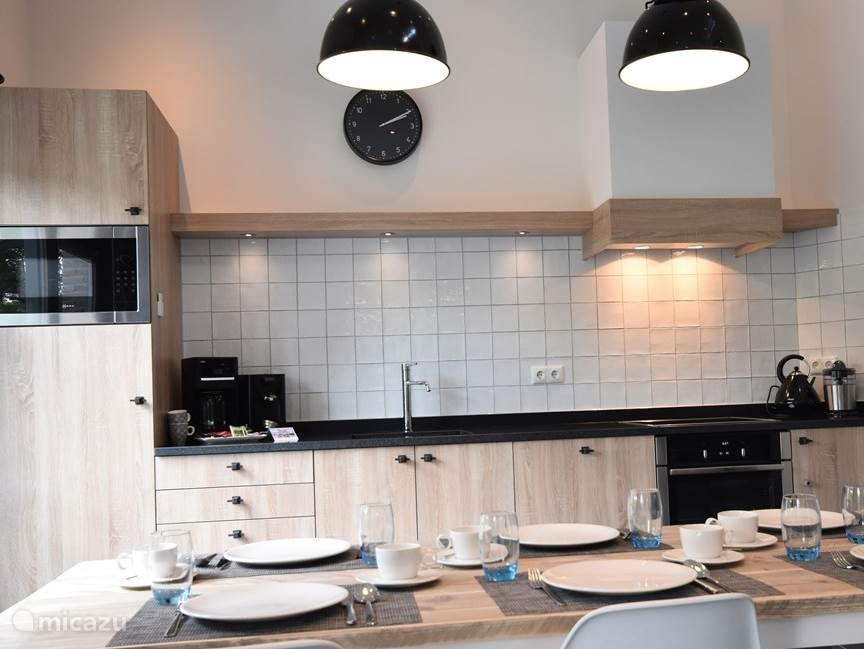 Keuken met vaatwasmachine, oven, magnetron enz.