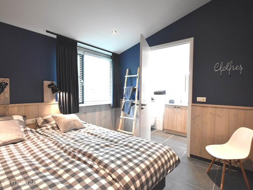 Master bedroom met smart TV en en-suite badkamer