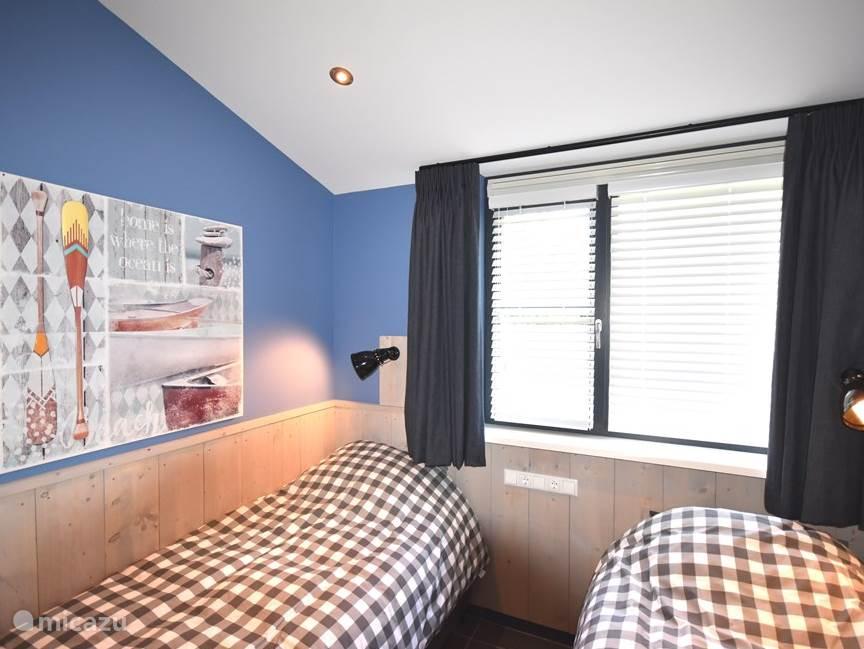 2e slaapkamer met boxpring-bedden.