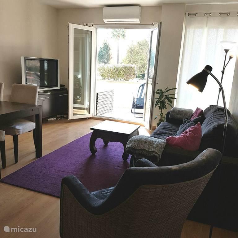 Genieten van de Wifi, nederlandse en internationale televisie kanalen kijken of lekker lezen op de bank..in de airconditioning!