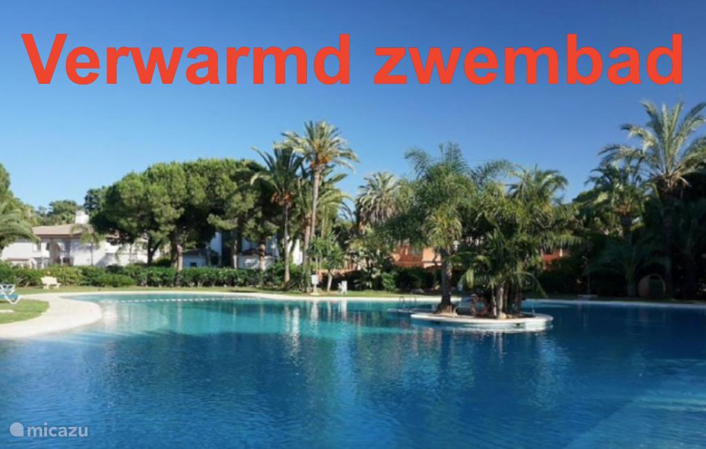 Heerlijk verwarmd zwembad voor de iets koudere maanden