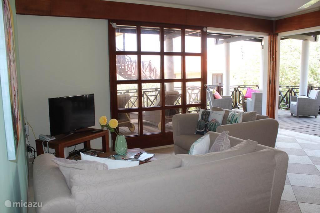 woonkamer met uitzicht op het terras