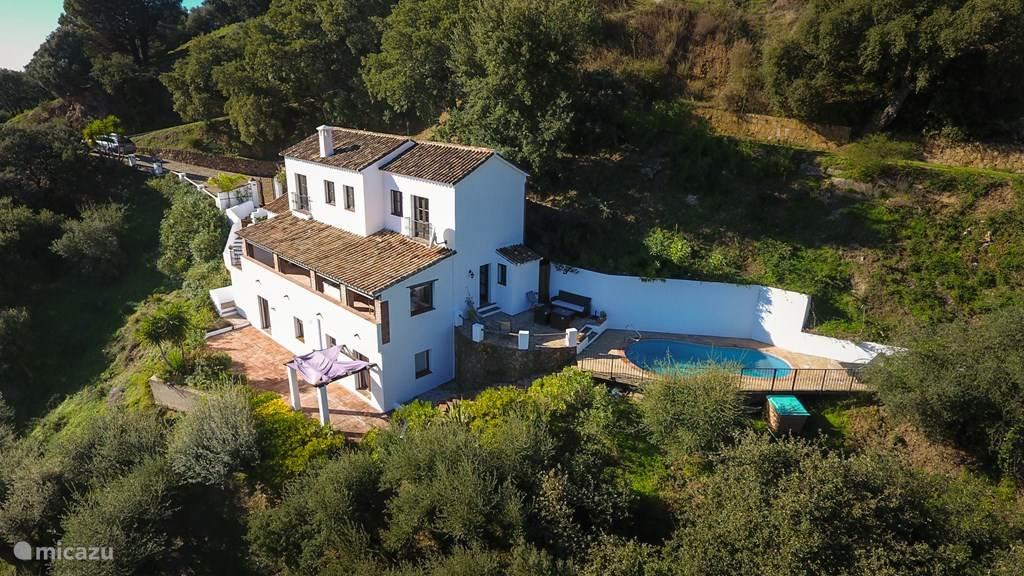 Overzichts foto van huis en zwembad